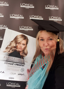"pro kopf style-Mitarbeiterin Stefanie Gawantka mit L'ORÉAL-Urkunde ""Diplôme Coloration"""