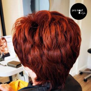 Kurzhaarfrisur mit Haarfarbe Elumen von Goldwell, kupferrot.