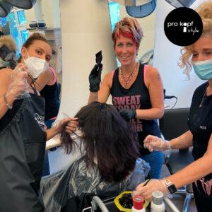 Das pro kopf style-Team beim Auftragen der Haarfarbe Elumen von Goldwell.