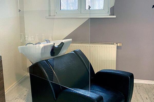 Friseur pro kopf style. Salon: Sterndamm 45, 12487 Berlin. Schutz-/Hygienewand am Waschplatz