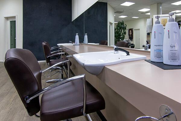 pro kopf style Mühlenberg-Center: Friseursalon innen mit Vorwärtswaschbecken. Fotograf: Gerold Rebsch